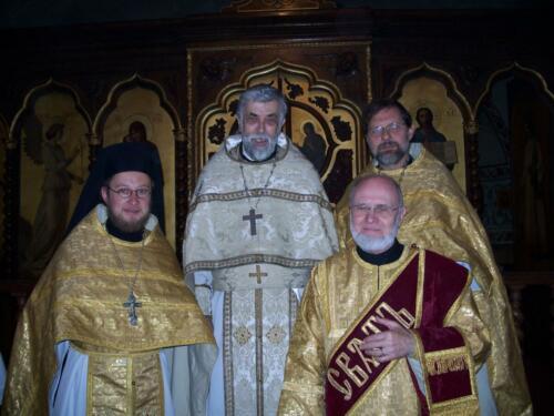 Le clergé de la Crypte : Père Boris, Père Alexis, Père Élisée et Père diacre Joseph (24 juin 2007)