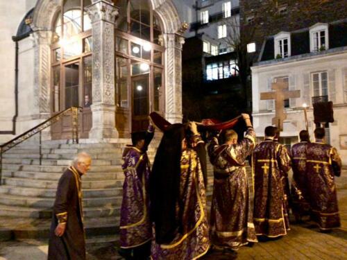 Père René suit la procession de l'Épitaphion (Vendredi Saint 2018)