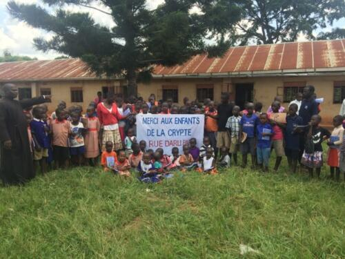 Remerciements des enfants africains qui ont pu passer l'été dans un camp de vacances orthodoxe en Ouganda grâce à la vente de gâteaux des enfants de la Crypte (2019)