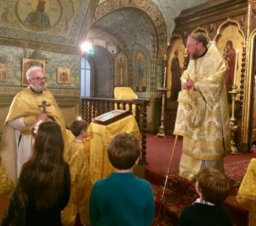 Mgr Élisée et Père François donnent des conseils aux jeunes paroissiens (2021)