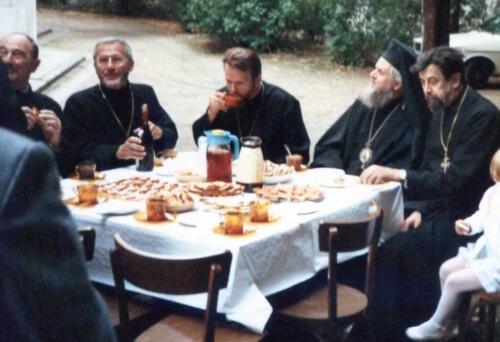 Le clergé de la Crypte, Père Boris et Père René partage des agapes avec l'archevêque Georges et le clergé de la cathédrale dans les jardins, fête de Saint Alexandre Nevski (septembre 1984)